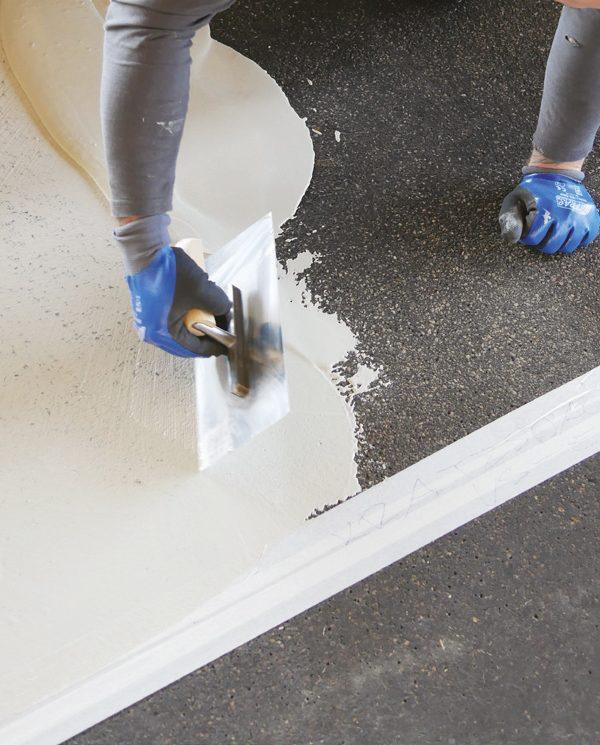 Böck Traunsteiner Silo Futtertischsanierung auf Gussasphaltflächen Schritt 1: Grundierung / Kratzspachtelung